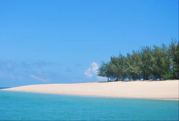 该岛风景优美,治安环境良好,吸引了众多水肺潜水员和捕鱼者,它的白