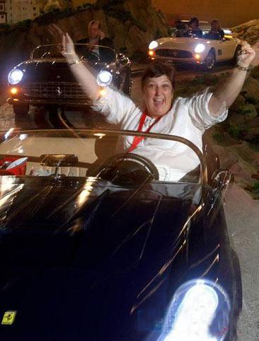 一名游客在公园内体验驾驶法拉利轿车的乐趣.高清图片